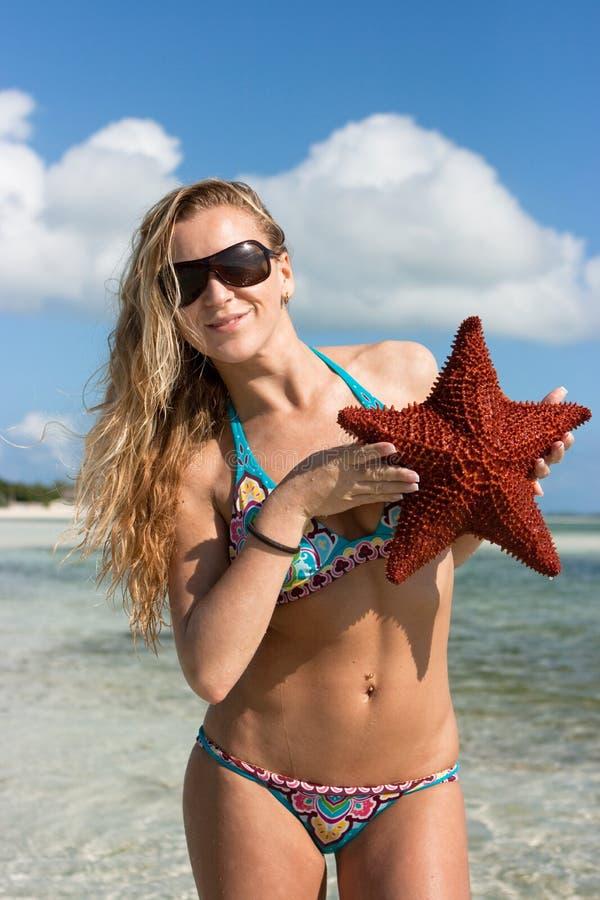 Ragazza con una stella marina fotografie stock