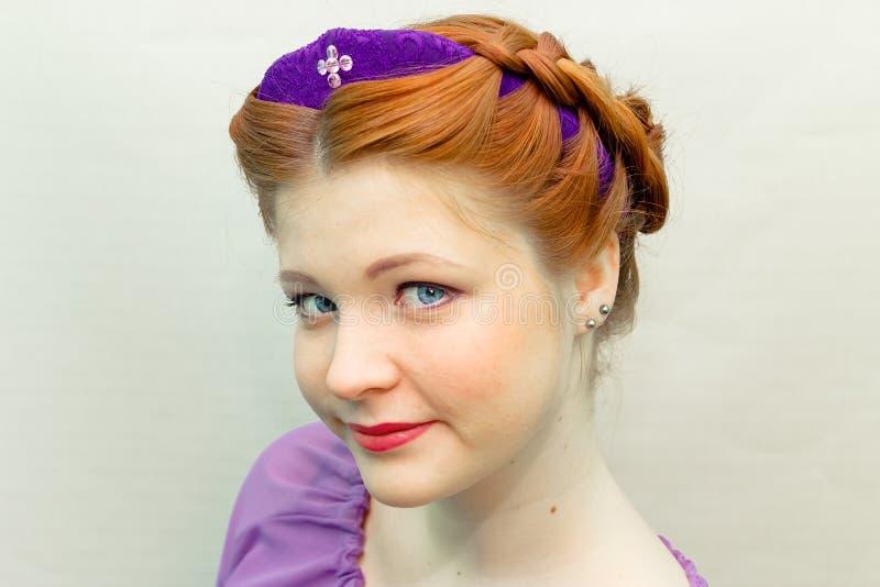 Ragazza con uno stile di capelli in uno stile dello slavo fotografia stock