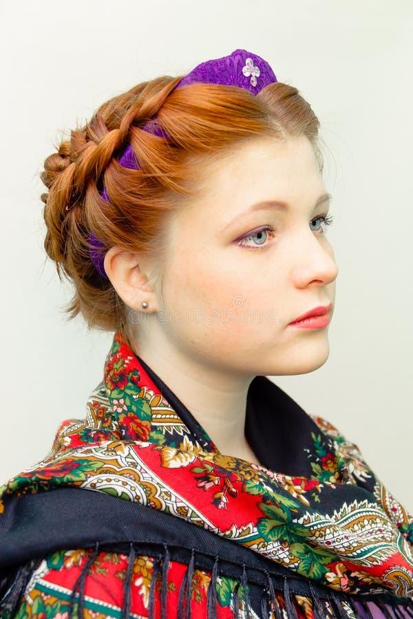 Ragazza con uno stile di capelli in uno stile dello slavo ed in una sciarpa di colore immagine stock libera da diritti