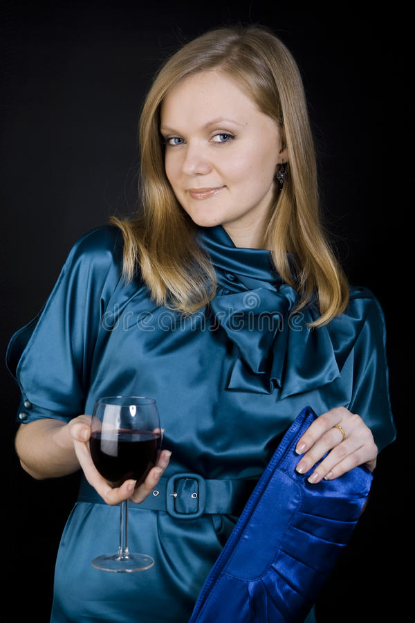 Ragazza con vino rosso fotografia stock libera da diritti