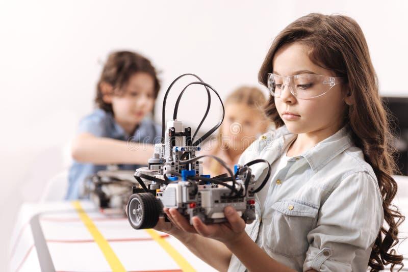 Ragazza concentrata che ha lezione di tecnologia alla scuola immagine stock libera da diritti