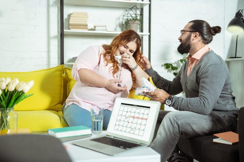 Ragazza contentissima positiva che ride mentre parlando con il terapista fotografia stock libera da diritti