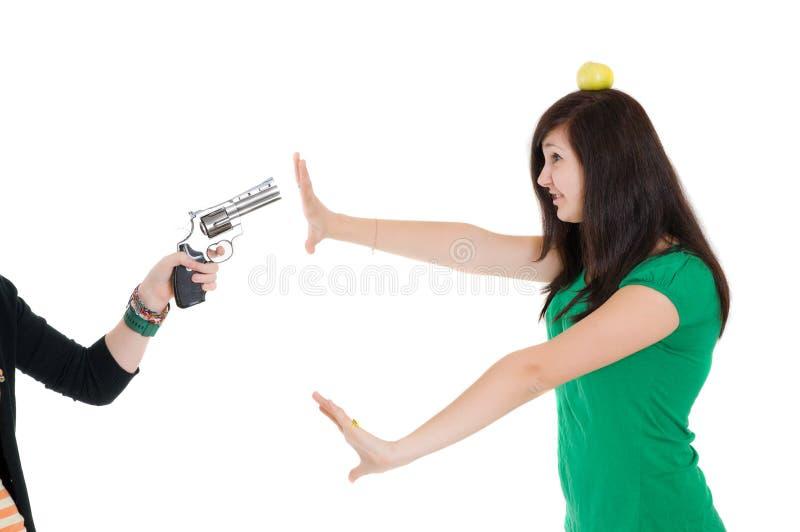 Ragazza contro la pistola fotografia stock libera da diritti