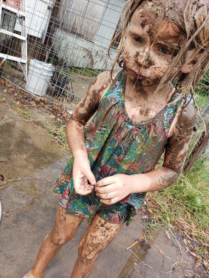 Ragazza coperta in fango fotografia stock