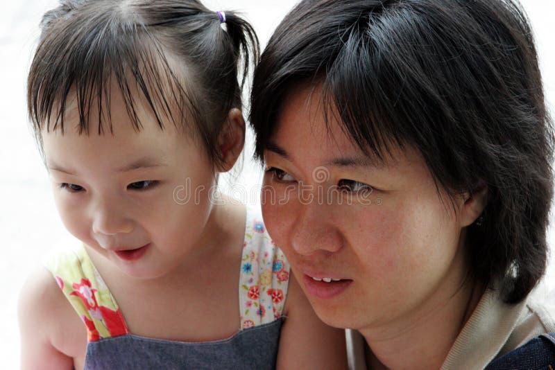 Ragazza coreana con la sua mamma fotografia stock