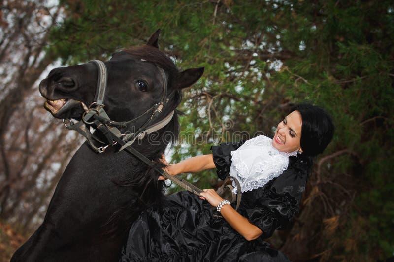 Ragazza in costume a cavallo immagine stock