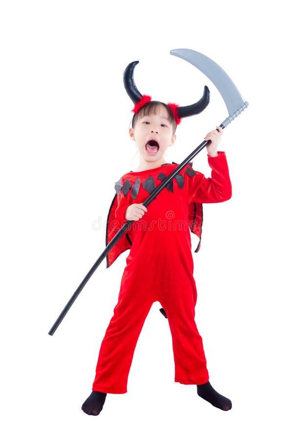 Ragazza in costume di Halloween del diavolo che controlla bianco fotografia stock