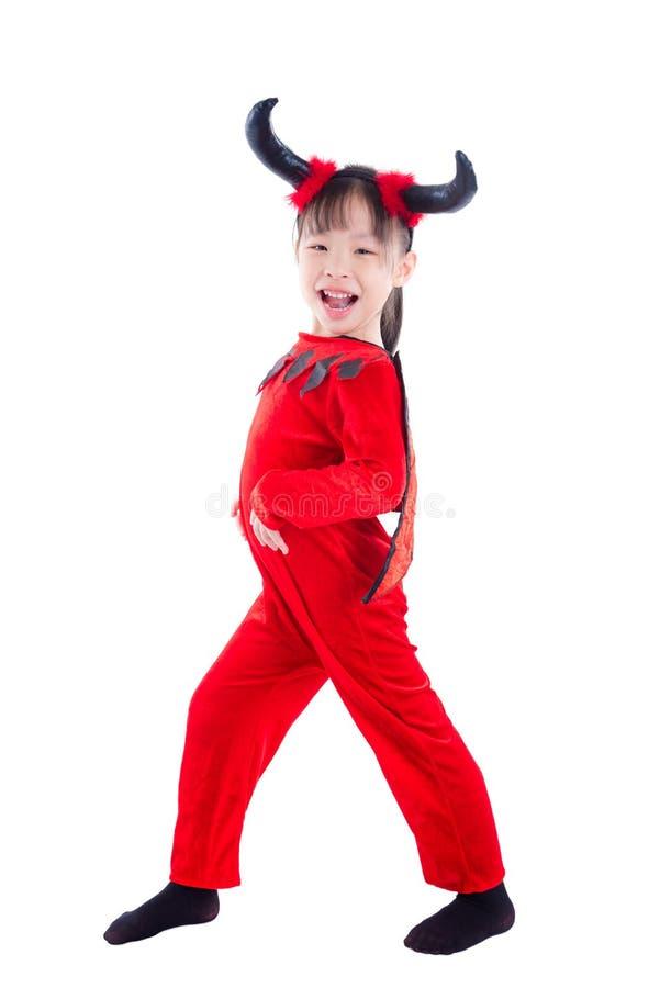 Ragazza in costume di Halloween del diavolo che controlla bianco immagine stock