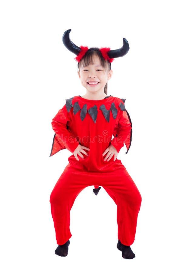 Ragazza in costume di Halloween del diavolo che controlla bianco fotografia stock libera da diritti