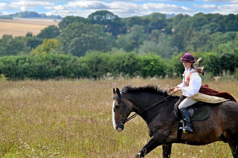 Ragazza in costume sul cavallo immagini stock libere da diritti