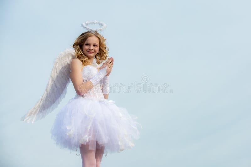 Ragazza d'angelo con ali bianche pregano Cielo Teen Angel Valentine La felice angelo ragazza prega Festa fotografia stock libera da diritti