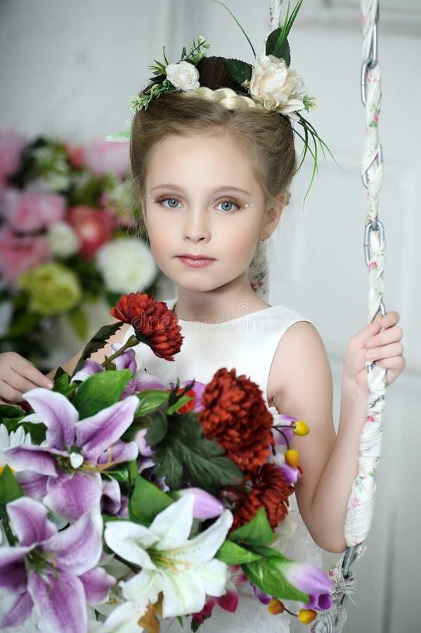 Ragazza d'annata con i fiori fotografie stock libere da diritti