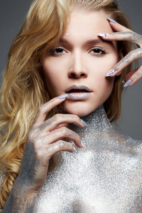 Ragazza d'argento Bella giovane donna con le scintille fotografie stock libere da diritti