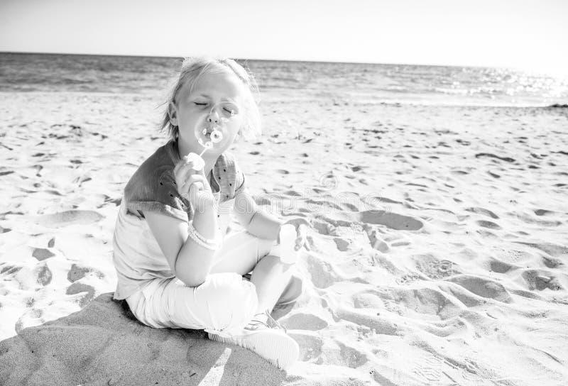 Ragazza d'avanguardia sulle bolle di salto del litorale fotografia stock libera da diritti