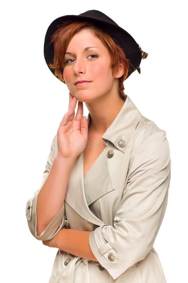 Ragazza dai capelli rossa che porta un Trenchcoat e un cappello immagini stock