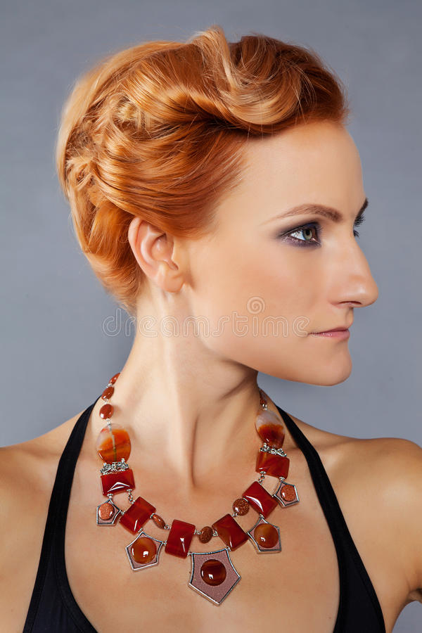 Ragazza dai capelli rossi con gli zigomi immagini stock libere da diritti