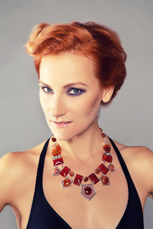 Ragazza dai capelli rossi con gli zigomi cesellati fotografia stock libera da diritti
