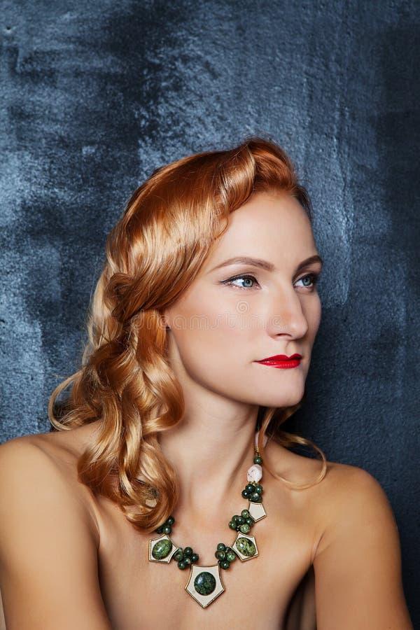 Ragazza dai capelli rossi con gli zigomi cesellati fotografie stock libere da diritti