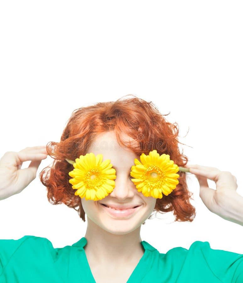 Ragazza dai capelli rossi con le gerbere gialle fotografia stock