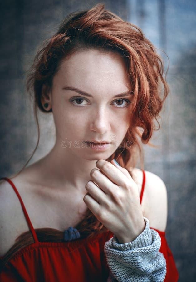 Ragazza dai capelli rossi con le labbra succose rosse All'aperto, primo piano immagine stock libera da diritti