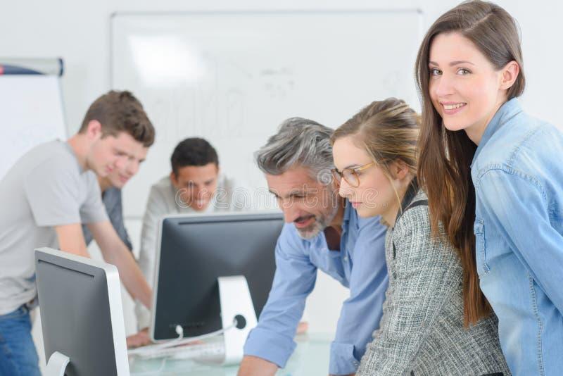 Ragazza degli studenti dell'aula che sorride alla macchina fotografica immagine stock libera da diritti