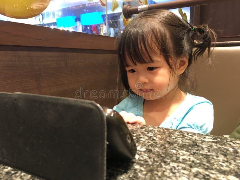 Ragazza dei bambini con il telefono cellulare fotografie stock