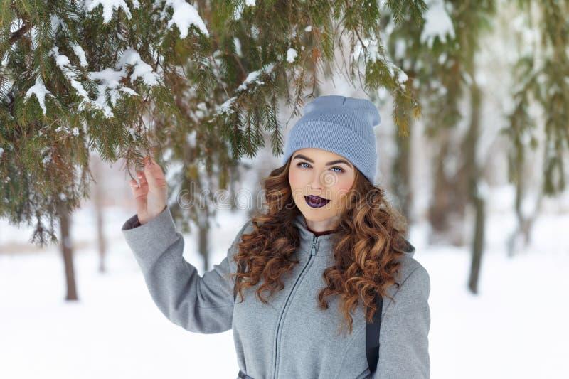 Ragazza dei pantaloni a vita bassa nell'inverno fotografie stock libere da diritti