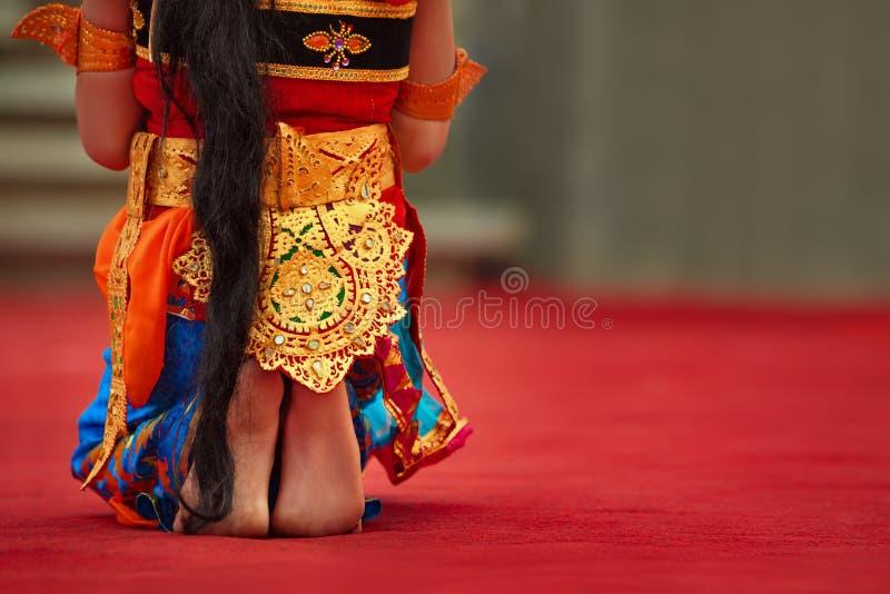Ragazza del ballerino di balinese in costume tradizionale dei sarong che balla ballo di Legong immagini stock libere da diritti