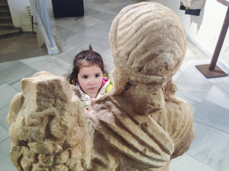 Ragazza del bambino al museo romano fotografia stock libera da diritti