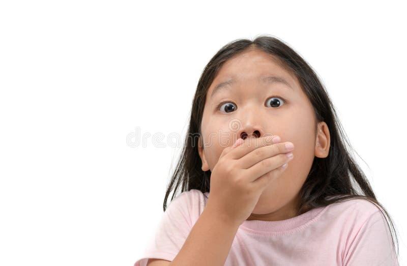 Ragazza del bambino che copre la sua bocca isolata immagine stock