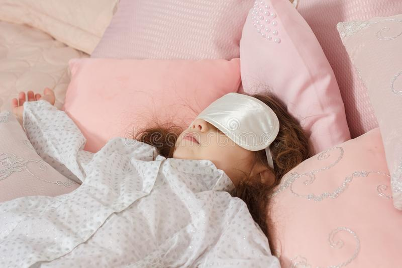 Ragazza del bambino che dorme con una fasciatura densa immagini stock