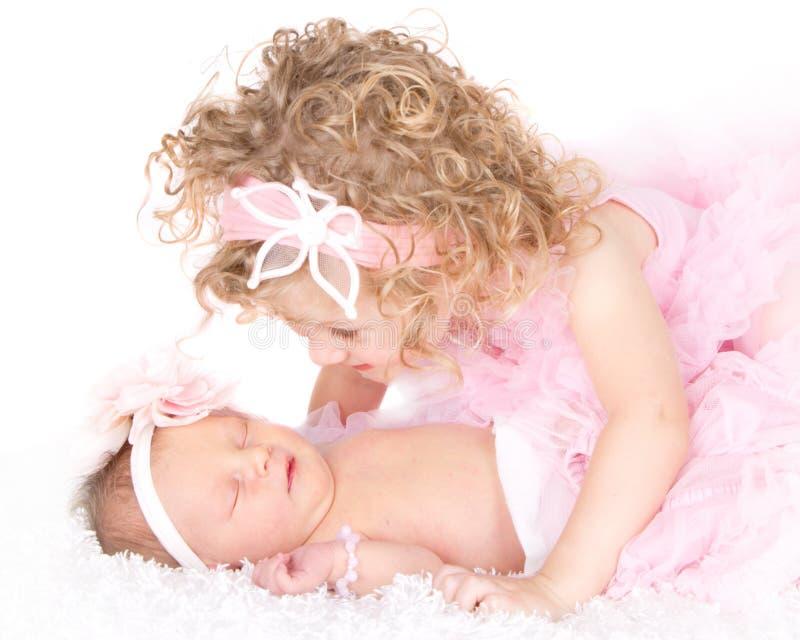 Ragazza del bambino che esamina la sua sorella del bambino fotografie stock
