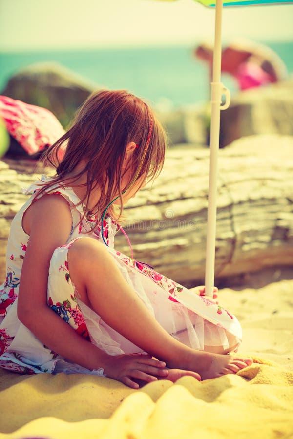 Ragazza del bambino che gioca sull'estate sulla spiaggia fotografia stock