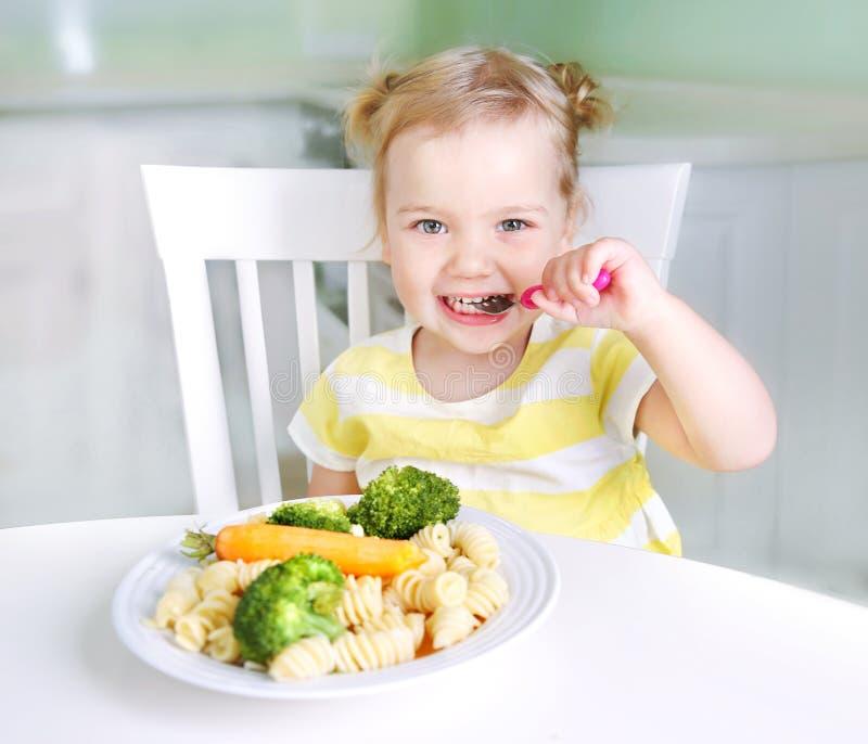 Ragazza del bambino che mangia le verdure, la nutrizione del bambino in buona salute immagini stock libere da diritti