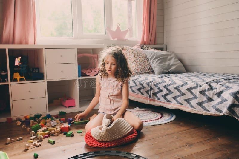 Ragazza del bambino che pulisce la sua stanza sudicia fotografia stock libera da diritti