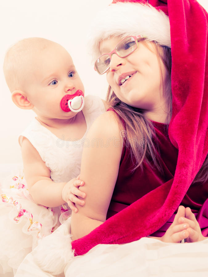 Ragazza del bambino con il bambino in vestiti di natale immagine stock