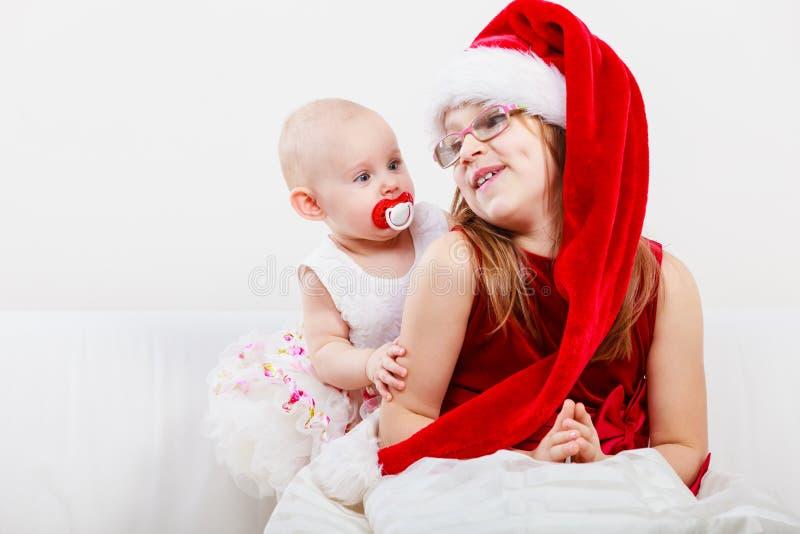 Ragazza del bambino con il bambino in vestiti di natale fotografie stock