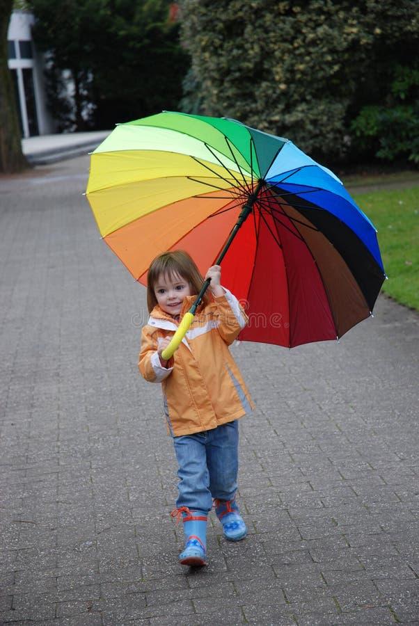 Ragazza del bambino con l'ombrello variopinto fotografia stock libera da diritti