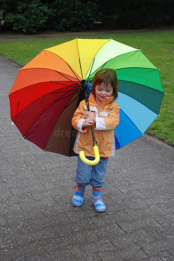 Ragazza del bambino con l'ombrello variopinto fotografie stock libere da diritti