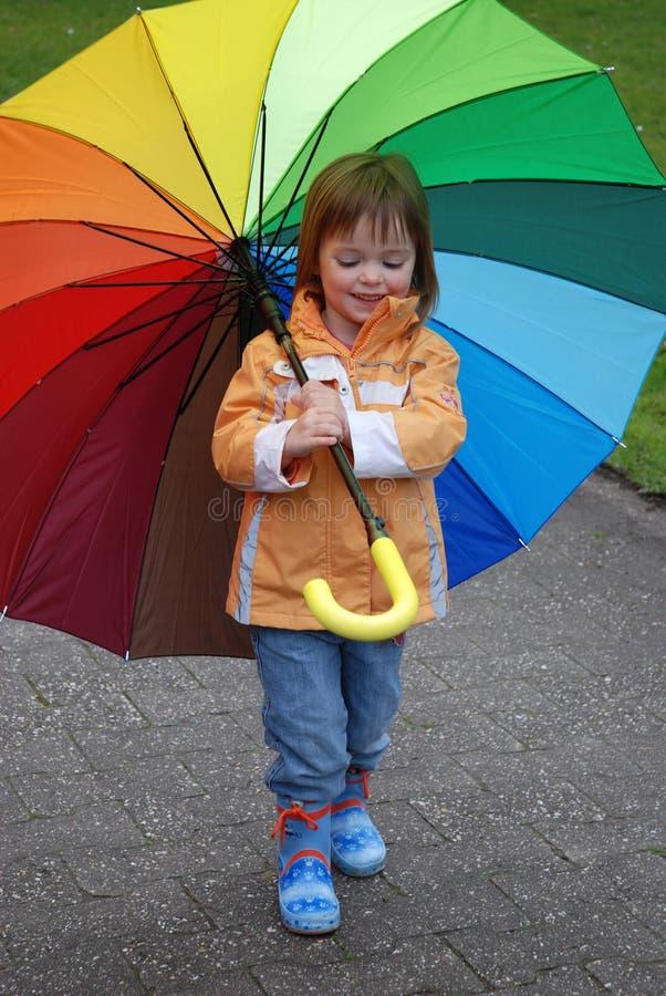 Ragazza del bambino con l'ombrello variopinto immagine stock libera da diritti