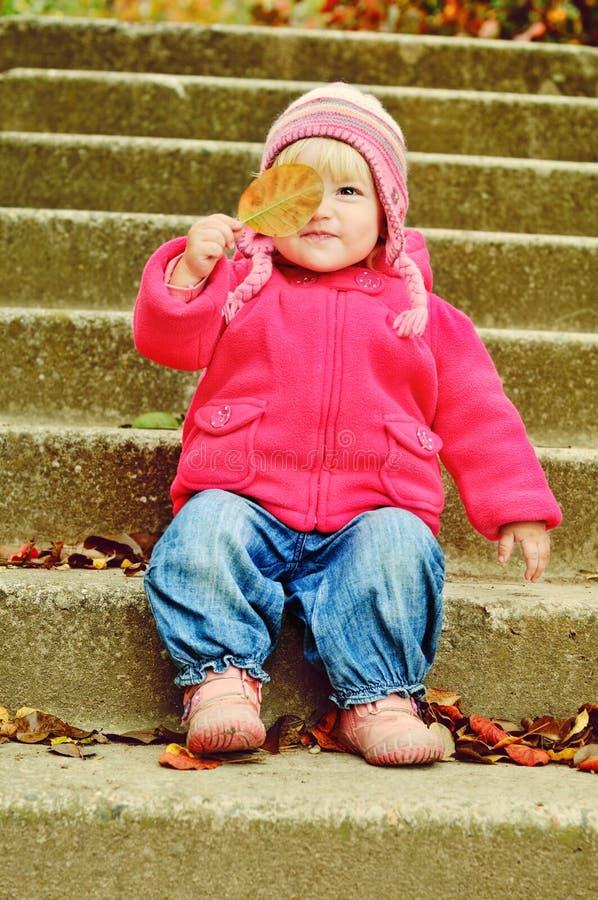 Ragazza del bambino con la foglia fotografie stock libere da diritti