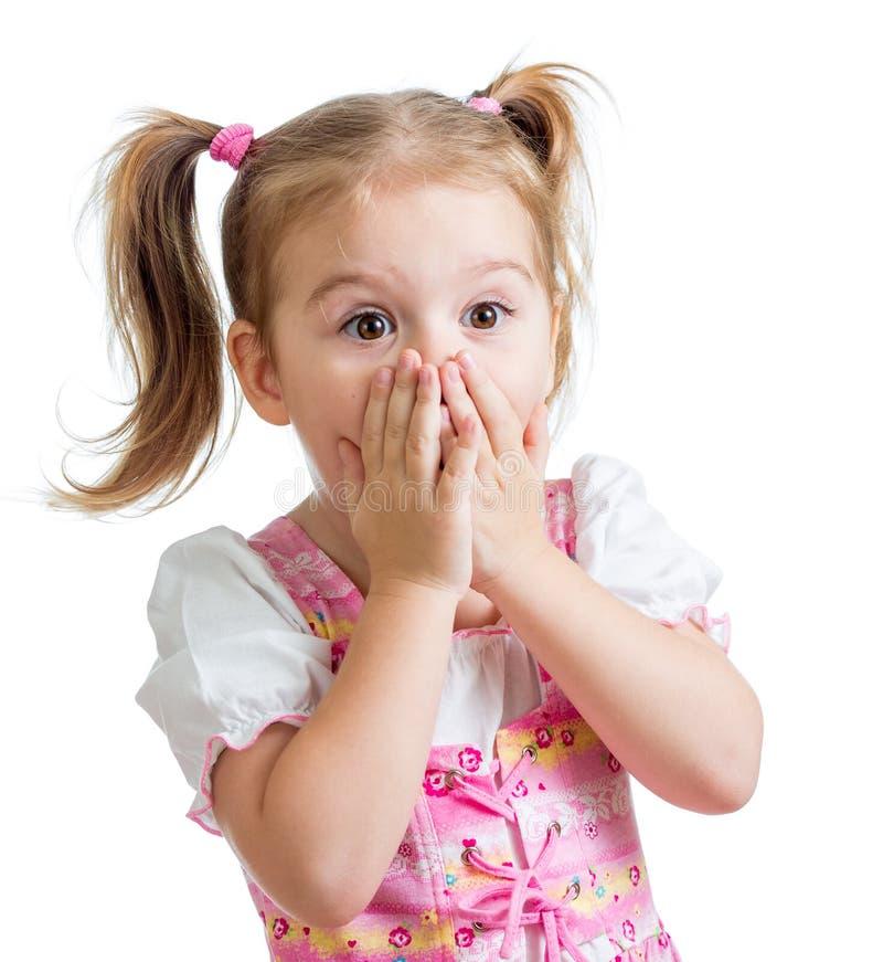 Ragazza del bambino con le mani vicino al fronte isolato su fondo bianco immagini stock libere da diritti