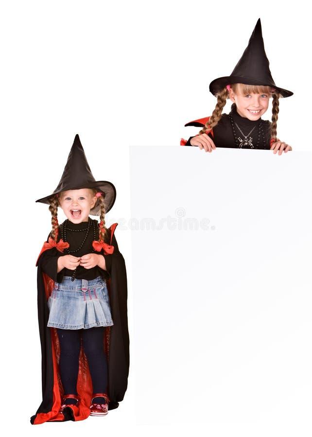 Ragazza del bambino in costume della strega di Halloween con la bandiera. fotografia stock libera da diritti