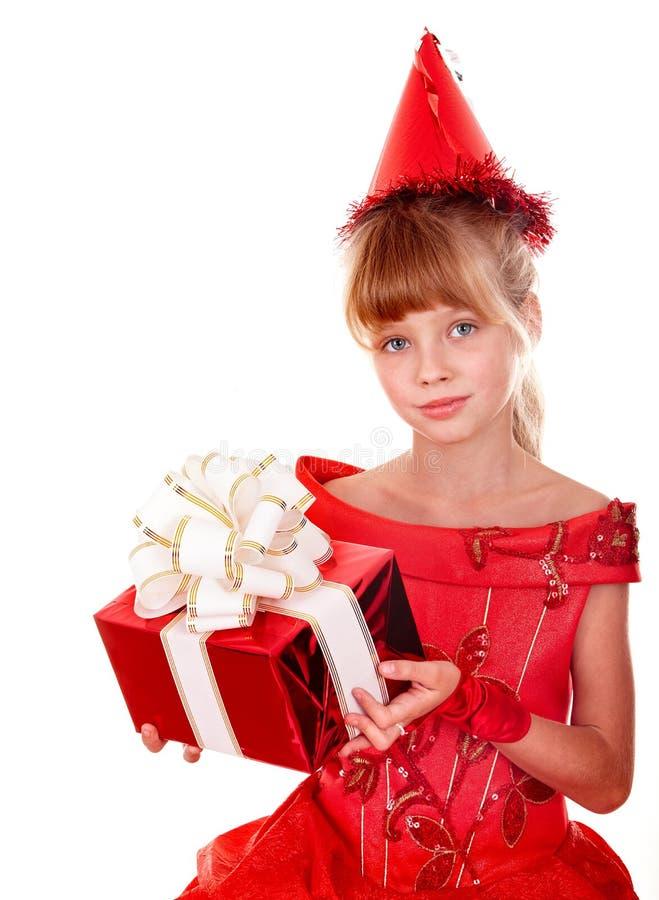 Ragazza del bambino di compleanno in vestito rosso con il contenitore di regalo. fotografia stock