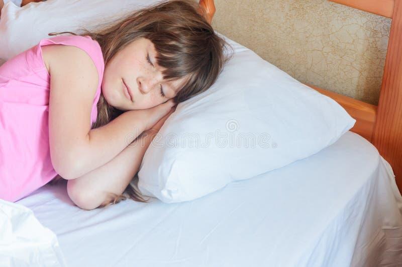 Ragazza del bambino piccolo che dorme a letto a casa, dell'interno fotografia stock