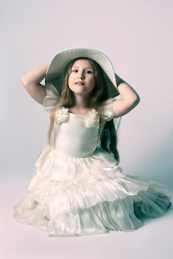 Ragazza del bello bambino in vestito elegante e cappello. fotografia stock