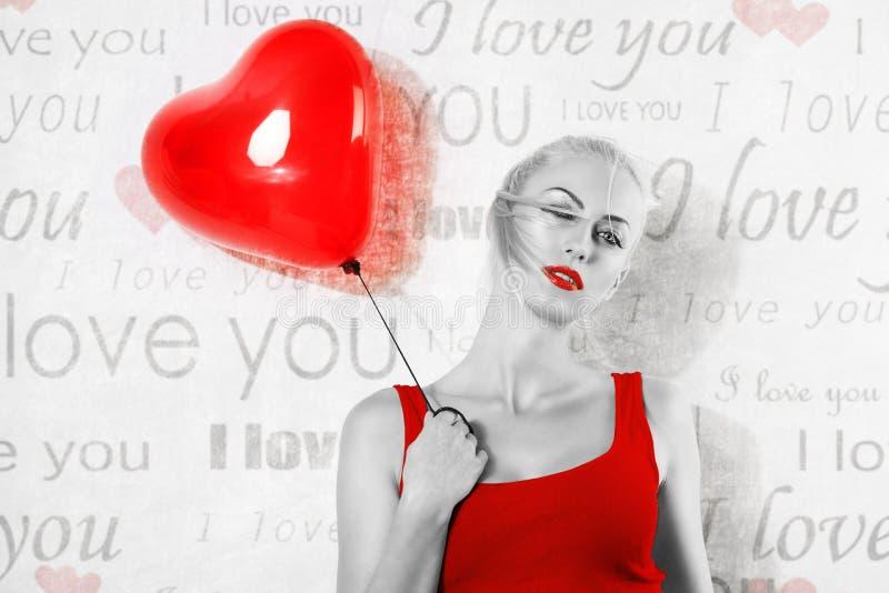 Ragazza del biglietto di S. Valentino con il pallone nell'immagine di BW immagine stock