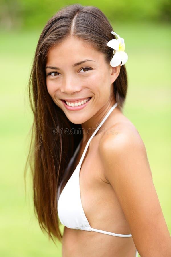 Ragazza del bikini che indossa sorridere hawaiano del fiore fresco fotografia stock