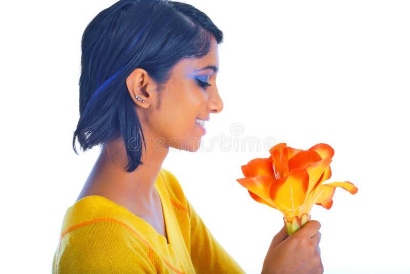 Ragazza del Brown e un fiore isolato sopra bianco fotografie stock