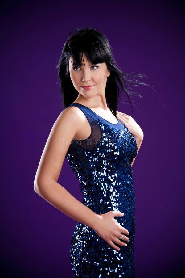 Ragazza del Brunette in vestito blu in studio fotografia stock